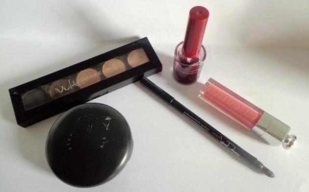 Cinco itens de maquiagem básicos e eficientes para carregar na bolsa.
